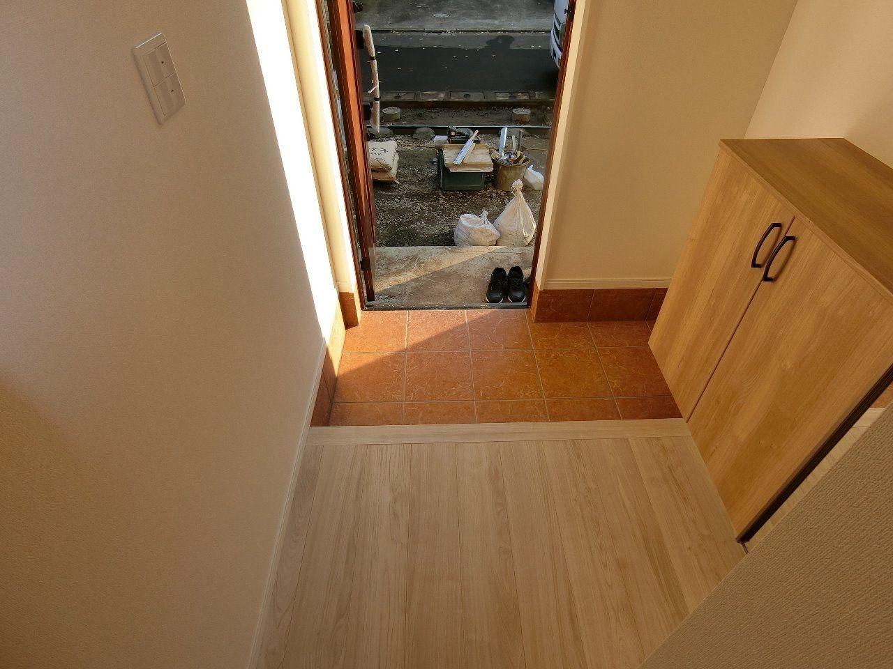 右に見えているのが玄関収納です。たっぷり収納できます。